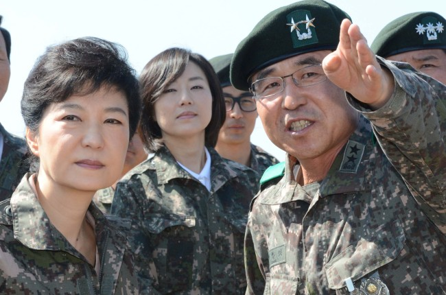 Saenuri Party candidate Park Geun-hye inspects a frontline unit in Gangwon Province last month. (Yonhap News)