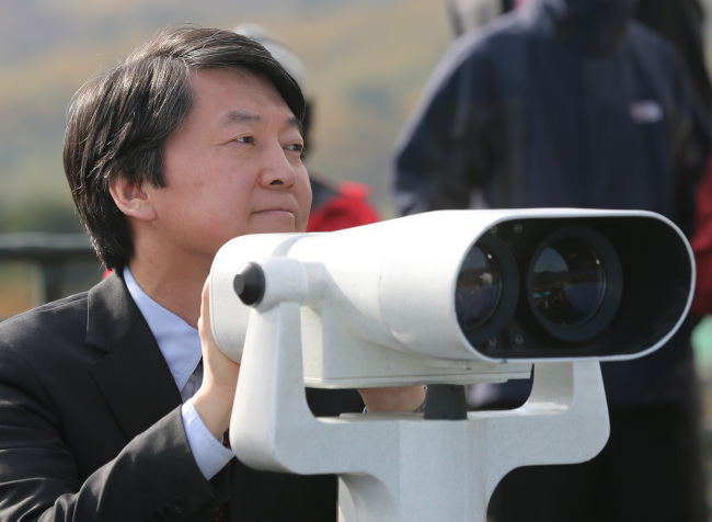 Independent candidate Ahn Cheol-soo observes North Korean territory last Friday at the Unification Observatory in Goseong, Gangwon Province. (Yonhap News)