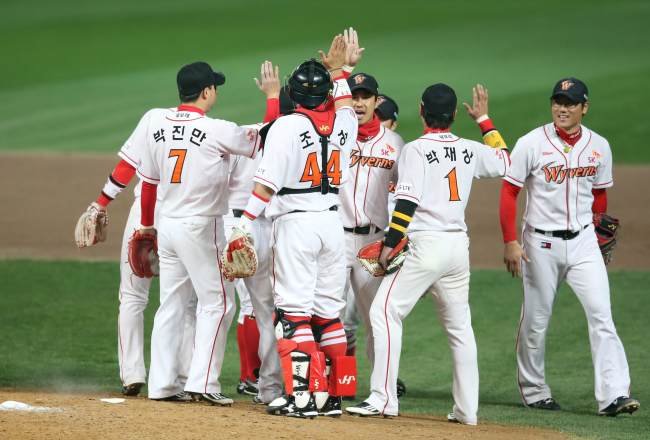 SK Wyverns players rejoice after beating the Samsung Lions 4-1 in the ongoing South Korean baseball championship series on Monday. (Yonhap)