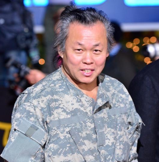 Director Kim Ki-duk arrives at the 49th Daejong Film Awards at KBS Hall on Tuesday. (Yonhap News)