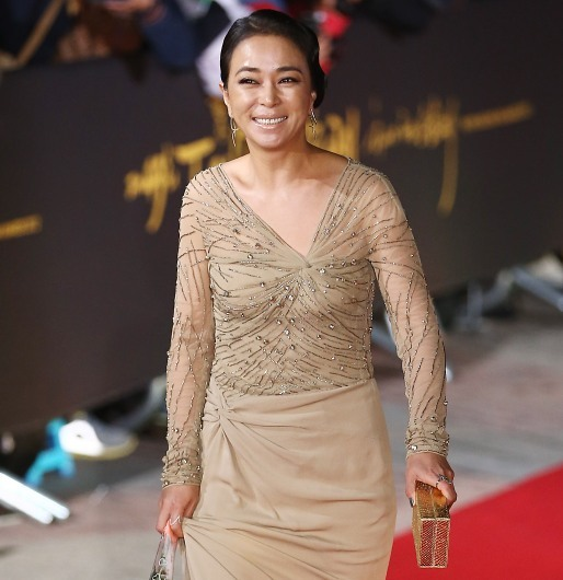 """Cho Min-soo walks the red carpet at the 49th Daejong Film Awards at KBS Hall on Tuesday. She won Best Actress for her performance in Kim Ki-duk's """"Pieta."""" (Yonhap News)"""