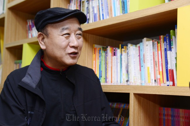 Taxi driver Kim Young-chan talks about his volunteer activities in a recent interview. (Park Hae-mook/The Korea Herald)