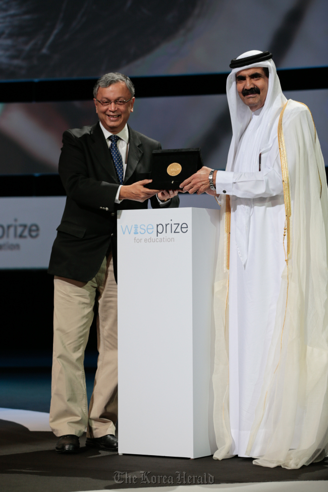 Madhav Chavan of India receives the 2012 WISE Prize for Education from Emir of the State of Qatar Sheikh Hamad bin Khalifa Al Thani on Tuesday in Doha. (WISE)