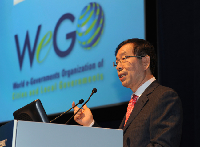 Seoul Mayor Park Won-soon delivers a welcoming speech Tuesday at the WeGo general assembly meeting in Barcelona, Spain. (Seoul Metropolitan City)