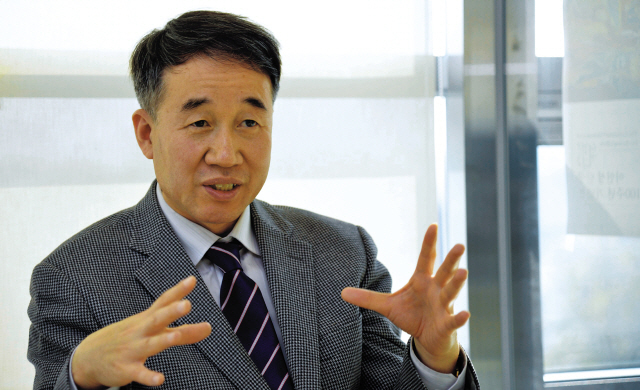 """Paik Kyung-hak, executive director of Purme Foundation, has the nickname """"Mr. Guten ( good) Paik,"""" which is also the title of his autobiography. (Kim Myung-sub/The Korea Herald)"""