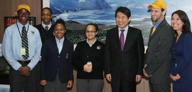 Representatives from Democracy Prep High School, including school founder Seth Andrew (second from right), pose with Minister of Education, Science and Technology Lee Ju-ho (third from right) at the ministry's office in Seoul on Tuesday. (Yonhap News)
