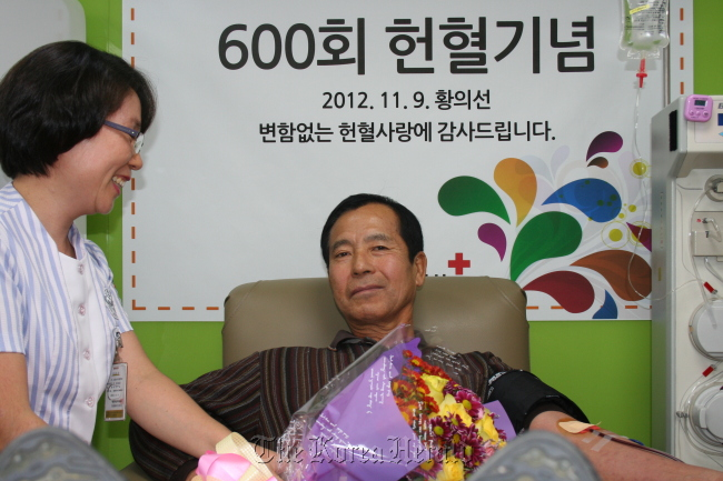 Hwang Eui-seon, a retired Army sergeant major, makes his 600th blood donation on Nov. 9 at a blood donation center in Seoul. (Korean Red Cross)