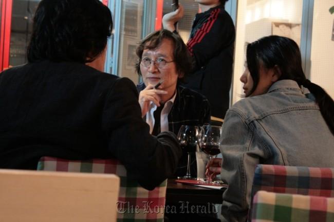 "Director Jeong Ji-young (center) stars in documentary ""Ari Ari the Korean Cinema."" (Aura Pictures)"