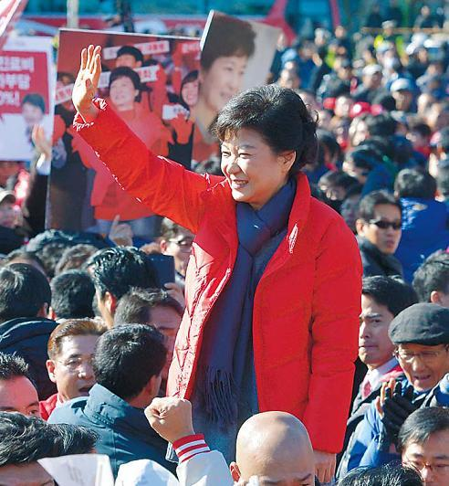 Saenuri Party presidential candidate Park Geun-hye waves to her supporters in Daejeon on Tuesday. (Park Hyun-koo/The Korea Herald)
