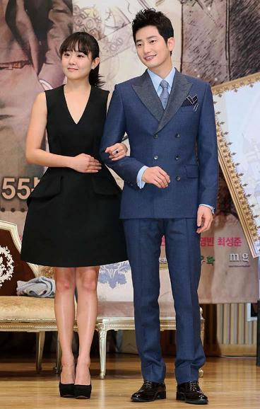Actor Park Si-hoo (right) and Moon Geun-young pose at the press conference at SBS Hall in Seoul on Tuesday. (Yonhap News)
