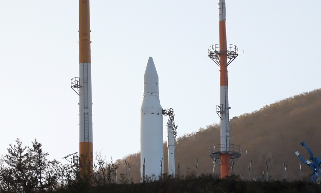 The Korea Space Launch Vehicle stands on its launch pad at Naro Space Center, Goheung, South Jeolla Province, Thursday, after authorities cancelled the launch, citing technical problems. (Photo pool)
