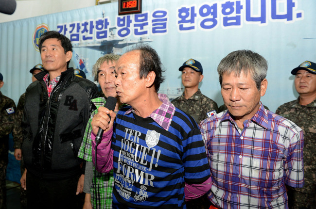 One of four Korean sailors of MT Gemini, freed by Somali pirates Saturday, speaks at a brief welcoming session held on a South Korean navy vessel that operates in Somali waters. (Yonhap News)