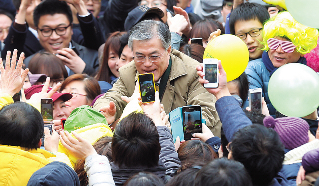 Democratic United Party presidential candidate Moon Jae-in (center) is surrounded by spectators during his rally at Incheon, Sunday. (Yonhap News)