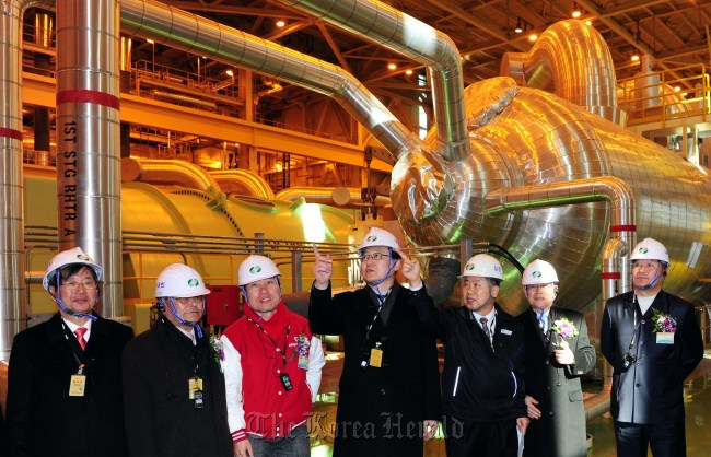 Knowledge Economy Minister Hong Suk-woo (center) looks around Shin-Gori nuclear power plant after attending a ceremony for the structures' completion in Busan on Tuesday. (Park Hae-mook/The Korea Herald)