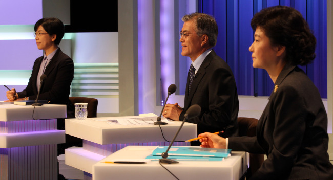 Presidential candidates Park Geun-hye (right), Moon Jae-in (center) and Lee Jung-hee engage in their first television debate Tuesday. (National Assembly photo pool)