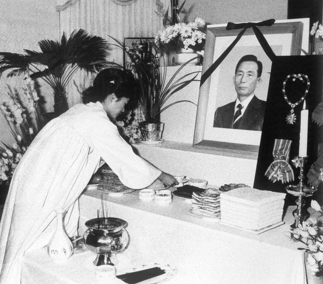 Park prepares a memorial ceremony for her father, Park Chung-hee, on Nov. 14, 1979. He was assassinated on Oct. 26 that year.