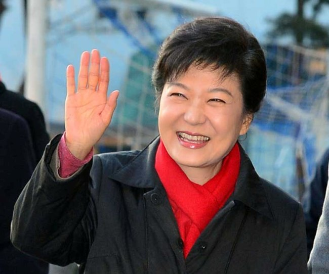 Saenuri Party presidential candidate Park Geun-hye waves to supporters in Seoul on Wednesday. Park defeatedMoon Jae-in of the Democratic United Party by a larger-than-expected margin. (Park Hae-mook/The Korea Herald)