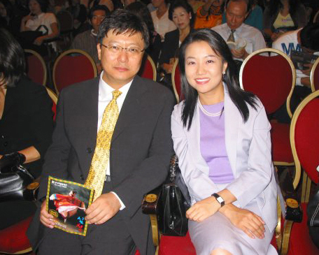 Park Ji-man, entrepreneur and younger brother of President-elect Park Geun-hye, and his wife Seo Hyang-hee, pose for a photo. (Korea Herald File Photo)