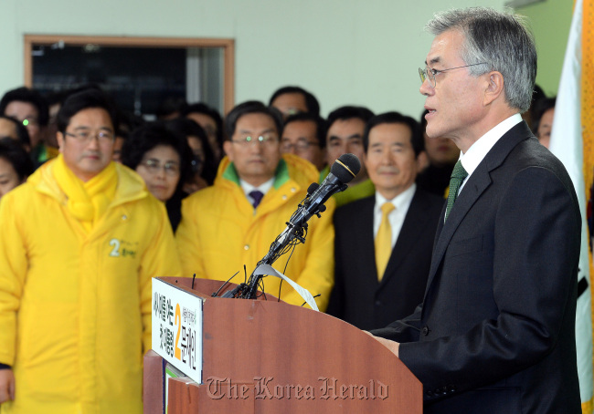 Moon Jae-in of the Democratic United Party concedes defeat in a news conference at the party's headquarters on Wednesday night. (Ahn Hoon / The Korea Herald)