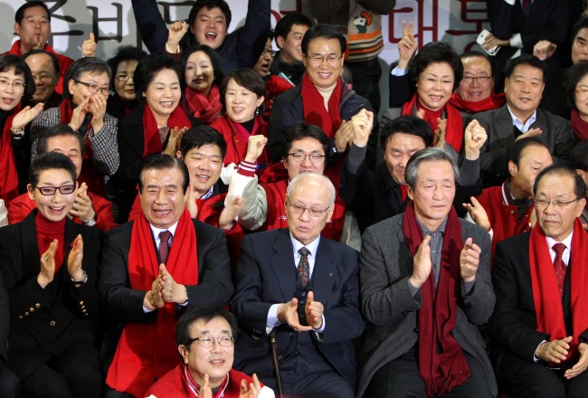 Members of Park Geun-hye`s campaign and Saenuri Party officials clap as vote count shows Park`s larger-than-expected win over Moon Jae-in of the Democratic United Party. (Park Hyun-koo/The Korea Herald)
