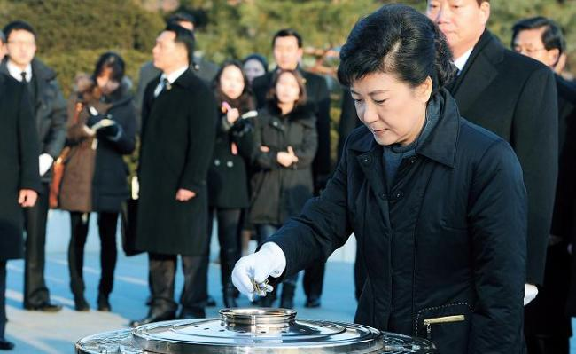 President-elect Park Geun-hye burns incense on her visit to the National Cemetery in Seoul on Thursday. (Kim Myung-sub/The Korea Herald)