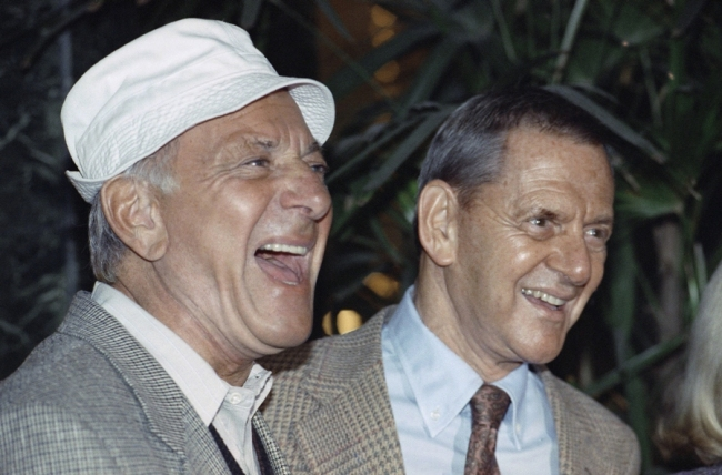 In this Dec. 3, 1992 file photo, Jack Klugman, left, and Tony Randall laugh at a news conference. (AP-Yonhap News)