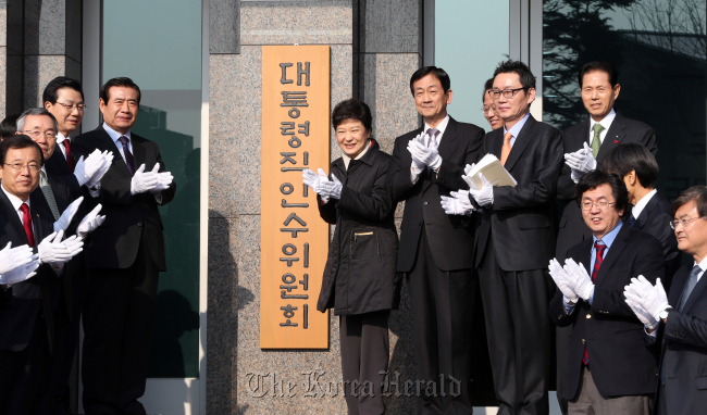 President-elect Park Geun-hye and her transition committee members including deputy chairman Chin Young (sixth from left), chief spokesman Yoon Chang-jung (eighth from left), people's grand unity committee chairman Han Gwang-ok (fourth from left) and inauguration preparatory committee chairman Kim Jin-sun (third from left) take part in the launch ceremony in Seoul on Sunday. (Park Hae-mook/The Korea Herald)