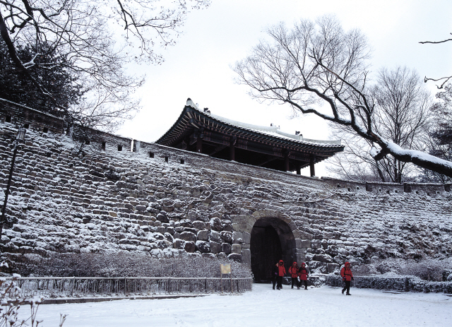 Namhansanseong Fortress, which served as a defense facility for over 10 centuries, awaits designation as a UNESCO World Heritage Site. (Korea Tourism Organization)