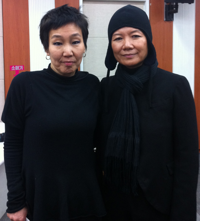 Commissioner for the Korean Pavilion of the 2013 Venice Biennale Kim Seung-duk (left) and artist Kim Sooja pose for a photo at a press conference on Wednesday in Seoul. (Yonhap News)