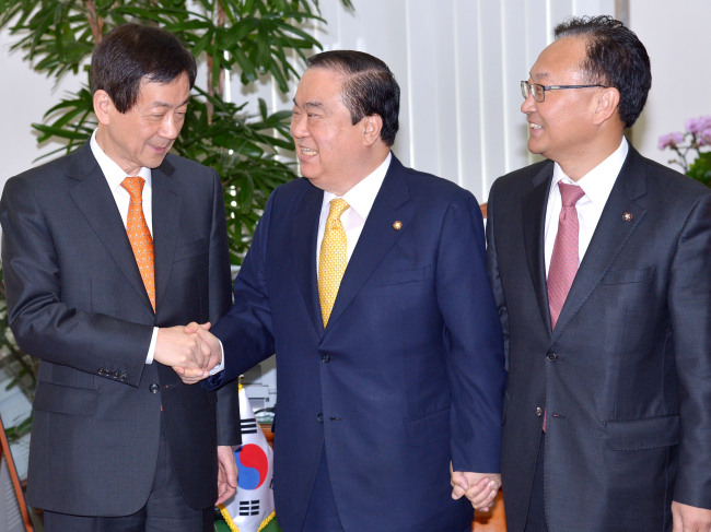 Democratic United Party emergency committee chief Moon Hee-sang (center) meets with deputy head of the presidential transition committee Chin Young (left) and Park Geun-hye's chief secretary Yoo Il-ho in Seoul on Thursday. (Park Hyun-koo/The Korea Herald)