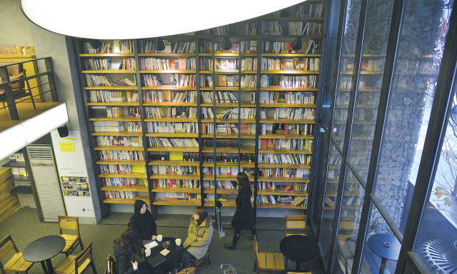 The inside view of Cafe Comma, run by the major publishing house Munhakdongne Publishing Group. (Lee Sang-sub/The Korea Herald)