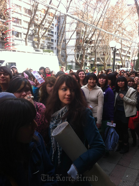 Chilean students queue to watch a K-Pop contest hosted by the Korean Embassy in Santiago in August. (Korean Embassy in Peru)