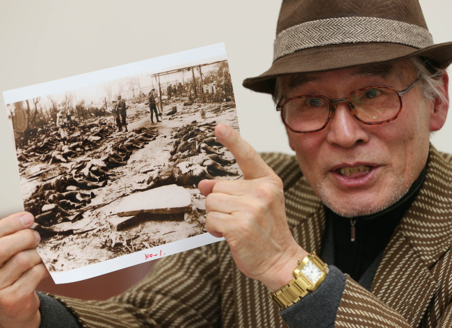 Jeong Seong-gil, honorary director of Keimyung University Dongsan Medical Center Museum, shows a photo of Koreans massacred by the Japanese after the 1923 earthquake. ( Yonhap News)