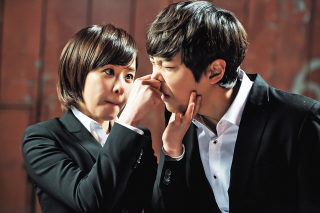 """Level 7 Civil Servant"" (working title), the drama remake of the film ""7th Grade Civil Servant,"" nabbed top viewer ratings when its second episode aired. The series, starring Choi Gang-hee (left) and Joo Won, has been riding high since. (Apple Tree Pictures)"