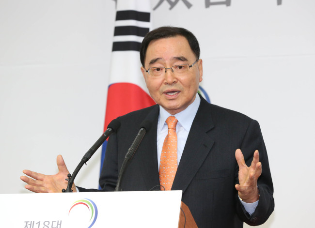 Prime Minister nominee Chung Hong-won speaks at the presidential transition team's office in Samcheong-dong on Friday. Yonhap News