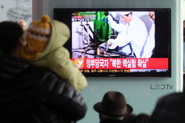 South Koreans watch breaking news on North Korea's nuclear test at Seoul Station on Tuesday. (Yonhap News)