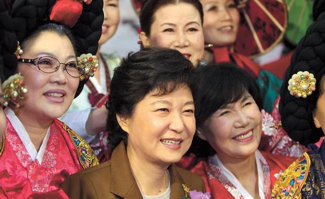 Park Geun-hye will take office as Korea's first female president Monday. This photo shows her meeting with a group of women in November as part of her presidential campaign. (Park Hyun-koo/The Korea Herald)