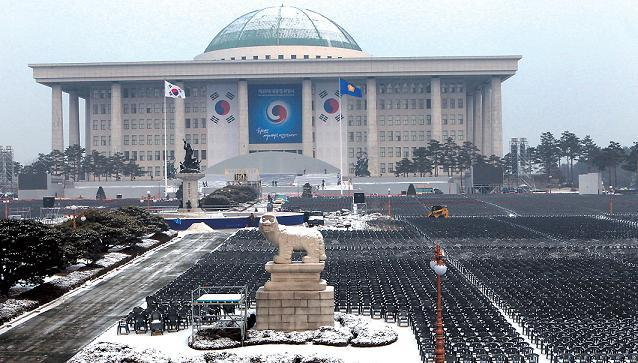 The National Assembly building is ready for Park Geun-hye's inauguration as the 18th president Monday. (Ahn Hoon/The Korea Herald)