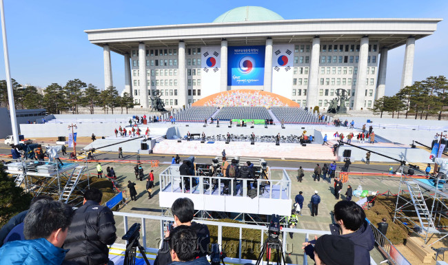 Preparations are under way for President Park Geun-hye's inauguration ceremony at the National Assembly, Yeouido, Seoul on Sunday. (Lee Sang-sub/The Korea Herald)