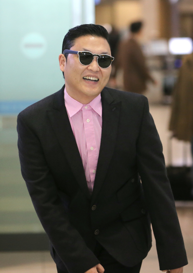 K-pop sensation Psy poses at Incheon International Airport on Sunday, a day before the presidential inguration ceremony, in which he is to perform to celebrate the start of the new government. (Yonhap News)