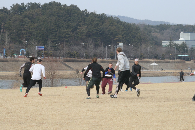 Ultimate players compete at the Daejeon Frozen Fives tournament in Daejeon on Sunday. ( Paul Kerry/The Korea Herald)