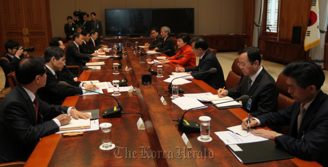 President Park Geun-hye presides over a meeting of the presidential staff at Cheong Wa Dae on Wednesday. (Chung Hee-cho/The Korea Herald)