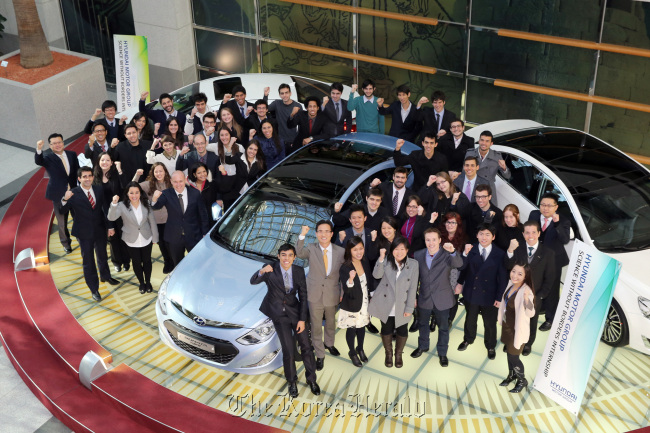Brazilian students who were participating in Hyundai Motor's internship program pose together with company officials at the carmaker's headquarters in southern Seoul. (Hyundai Motor)
