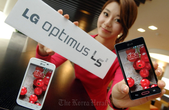 A model poses with LG Electronics' new Optimus L5 II, which will roll out in overseas markets starting with Brazil this week, at the company's headquarters in Yeouido, Seoul, Monday. (LGE)