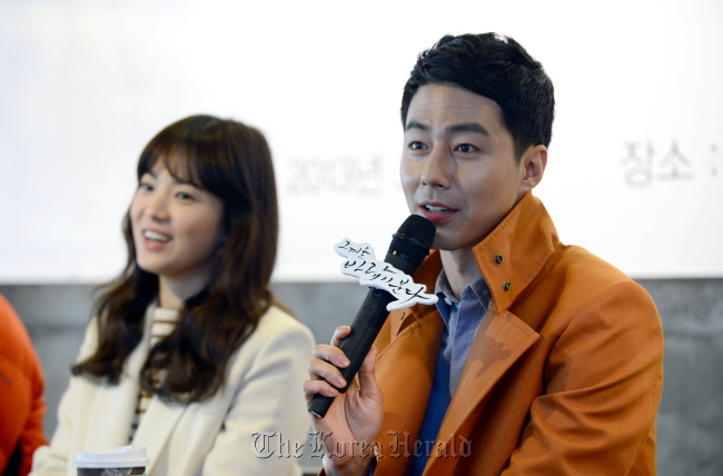 """""""That Winter, the Wind Blows"""" stars Zo In-sung (right) and Song Hye-kyo attend the drama's press conference at De Chocolate Coffee in Apgujeong, Seoul, on Thursday. (SBS)"""