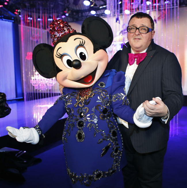Israeli fashion designer Alber Elbaz poses with Minnie Mouse wearing a dress by Lanvin fashion house and designed by Alber Elbaz, at the Eurodisney Parc, in Marne la Vallee, east of Paris, on Saturday. (AP-Yonhap News)
