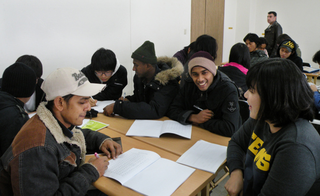 Foreign migrant workers study Hangeul in Yangsan, South Gyeongsang Province. (Yonhap News)