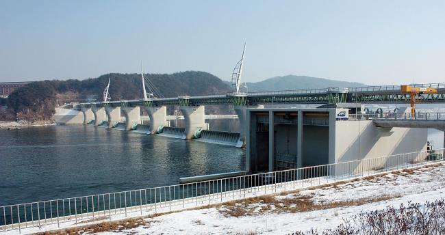Gangcheon Weir, which was constructed on the South Han River in Yeoju, Gyeonggi Province, as part of the Lee Myung-bak administration's four-river project. (Yonhap News)
