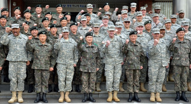 Senior officers from South Korea's 26th Mechanized Infantry Division and the U.S. 2nd Infantry Division gather at the Korean division's headquarters in Yangju, Gyeonggi Province, Monday. Among them are Commander Maj. Gen. Hyeong Seong-woo (fourth from left, front row) and his counterpart Maj. Gen. Edward. D. Cardon (fifth from left). (Kim Myung-sub/The Korea Herald)