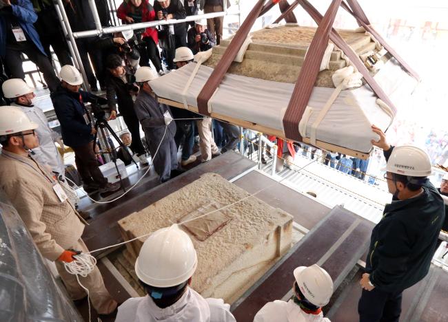 The Three-Storied Stone Pagoda at Bulguksa Temple in Gyeongju, North Gyeongsang Province, is disassembled on Tuesday. (Yonhap News)